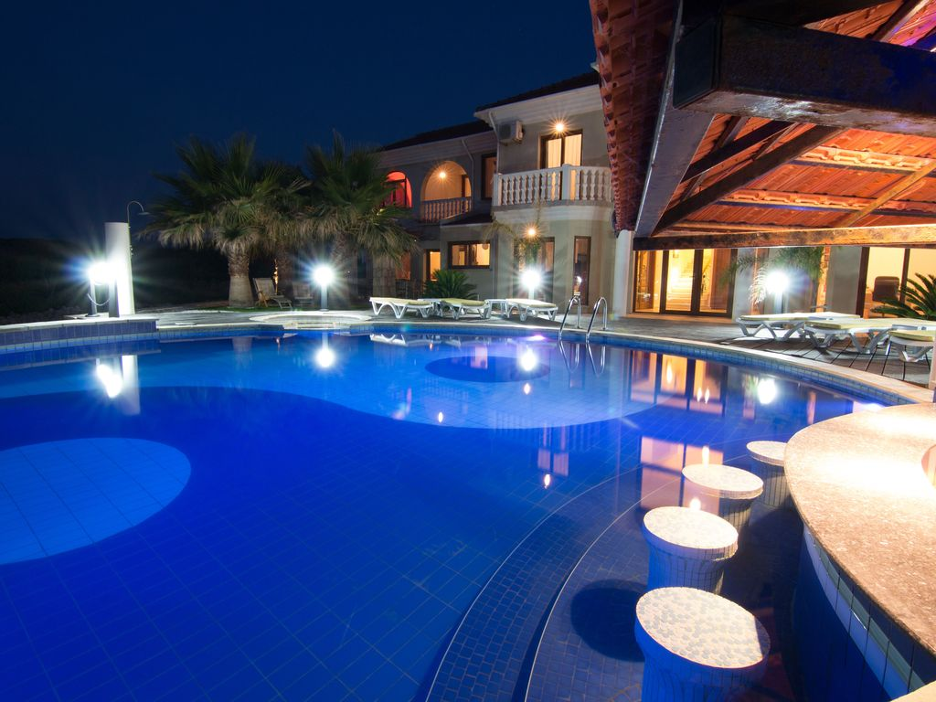 Million dollar mansion with huge infinity pool jacuzzi for Pool design with swim up bar